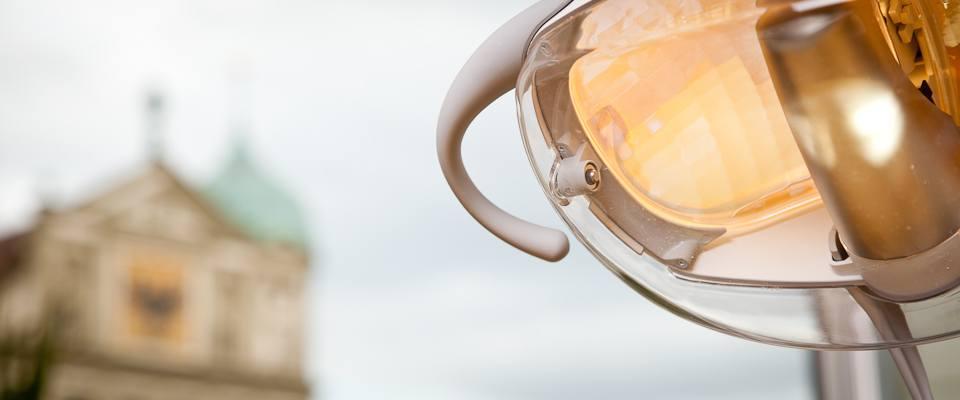 Zahnarztleuchte mit augsburger Rathaus im Hintergrund